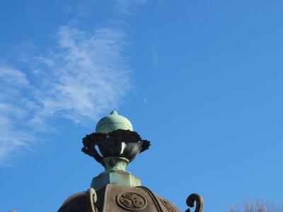 石灯篭と昼の月2