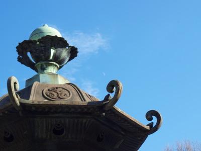 石灯篭と昼の月1